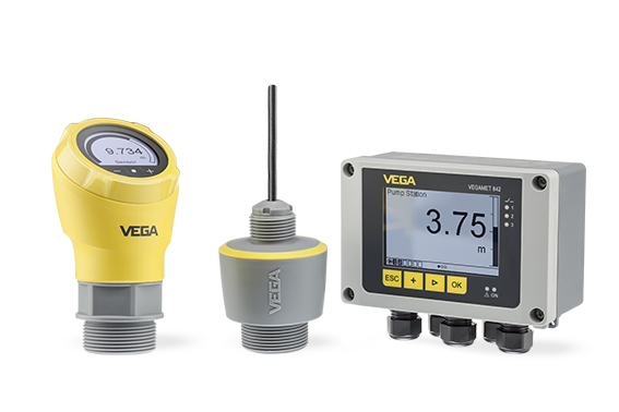 Available both as compact version with cable connection housing (left) and as standard version with fixed cable connection (IP68). The new series is complemented by the VEGAMET controller (right), which can also be used to visualize all measured values